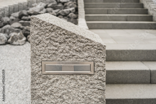 moderner briefkasten aus massivem granit vor steingarten. Black Bedroom Furniture Sets. Home Design Ideas