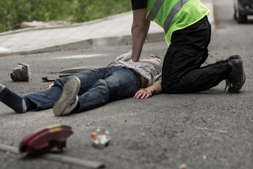 Man resuscitating car crash victim