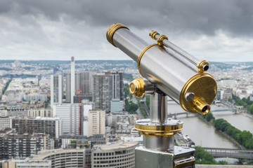 Fernrohr auf einer Aussichtsplattform des Eifelturms