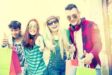 Freunde beim einkaufen daumen hoch