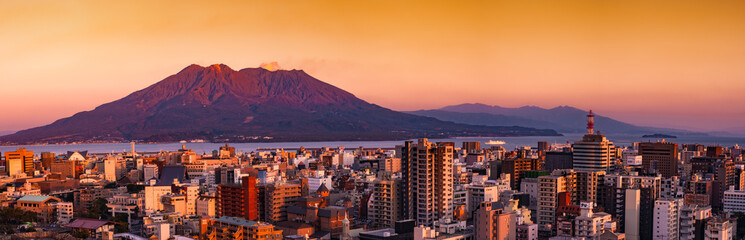 桜島と鹿児島市街地の夕景