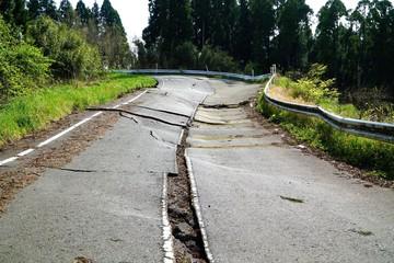阿蘇地震で陥没した道路(日本の阿蘇地震)
