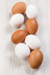 Huevos de gallina blancos y colorados
