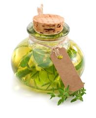 Kräuteröl mit Pappschild freigestellt