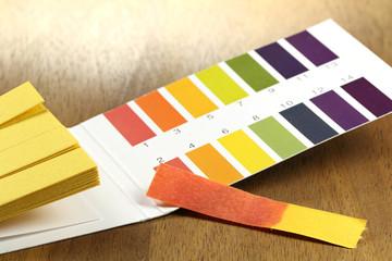 pH Wert Teststreifen mit roter Verfärbung