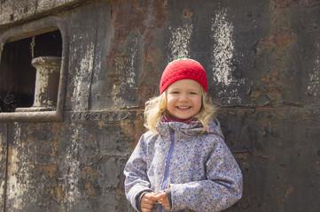 Mädchen mit Erdbeermütze vor Stahlwand 2