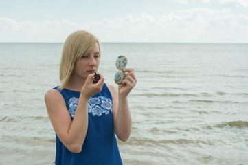 Нежная блондинка на морском берегу фото 203-916
