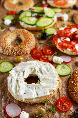 Foto: Delicious Bagel sandwiches with soft cheese, chorizo, vegetables ...