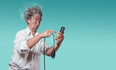 mann mit verkohltem gesicht mit defektem kabel sucht auf smartphone nach hilfe
