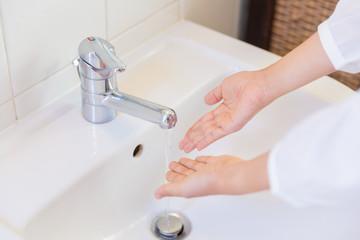 手を洗う女性 手元