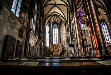 Kirchenbänke im Stephansdom in Wien
