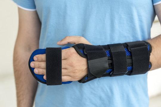 Mann mit orthopädischer Schiene am Arm