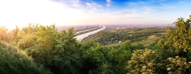 In de dag Wenen Skyline of capital city Vienna and Danube Island with the Donau City , Austria