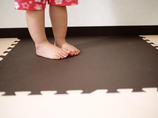 ジョイントマットの張った部屋にいる子供の足 OLYMPUS DIGITAL CAMERA