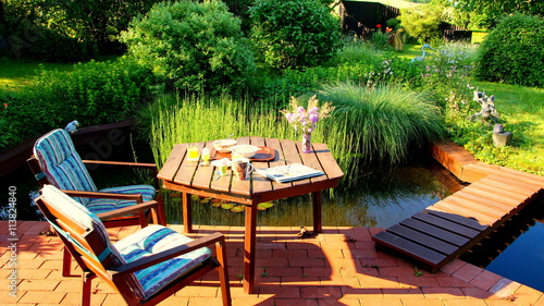 attraktiver naturbelassener garten mit an terrasse. Black Bedroom Furniture Sets. Home Design Ideas