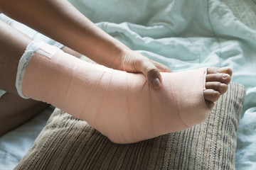 Foot soft splint for treatment of injuries from tendon inflammat