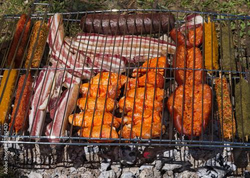 Detalle de carne en barbacoa varios tipos de carne y - Tipos de barbacoa ...
