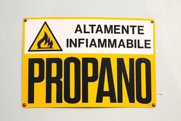 Highly flammable Italian warning