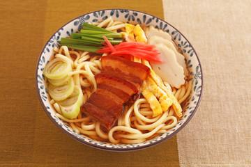 沖縄伝統の三枚肉そば