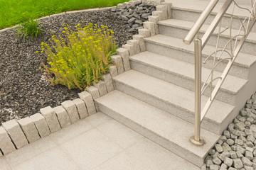 Elegant Außentreppe Aus Granit Mit Edelstahlgeländer Im Vorgarten Als Steingarten    Outdoor Granite Staircase With Stainless Steel