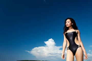 水着の女性と夏空