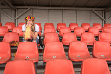 Trauriger Fußballfan auf Tribüne im Stadion
