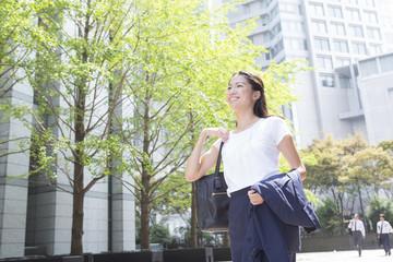 笑顔の女性 ビジネス夏イメージ
