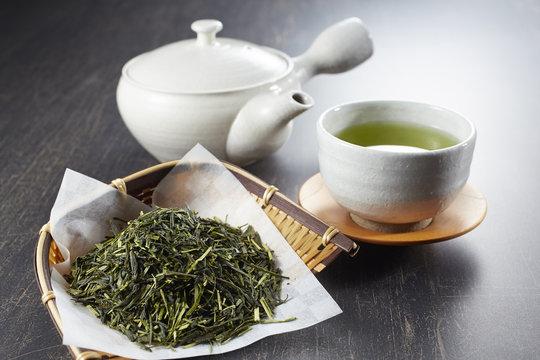緑茶と茶葉と急須