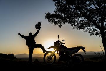 motorsikletçi için gündoğumu başarısı
