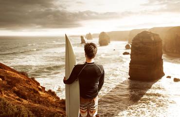 Surfer schaut aufs Meer