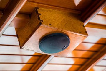 Lautsprecher auf Holzboot