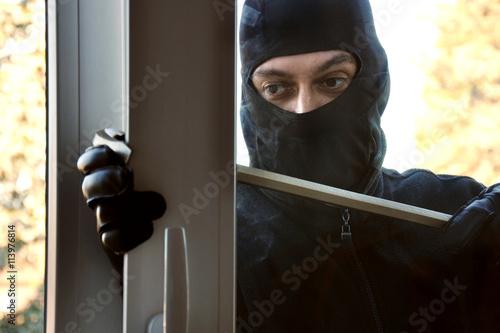 Einbrecher Vor Raub Und Diebstahl Schaut Durch Fenster In Haus Oder
