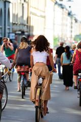 Fototapete - Well dressed woman on old bike, in traffic