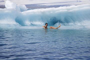 fare il bagno in mezzo agli iceberg