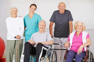Gruppe Senioren im Pflegeheim bei Physiotherapie