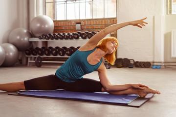 tänzerin trainiert im fitnessstudio