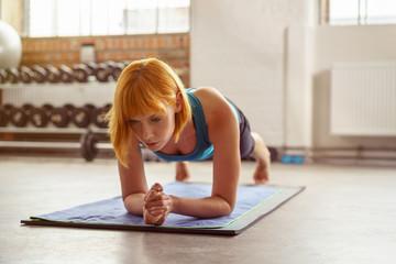 frau macht übungen im fitness-studio auf einer matte