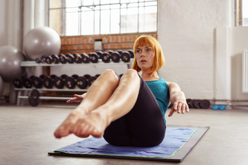 frau beim training im fitnesscenter