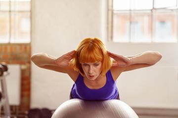 frau trainiert ihre rückenmuskulatur im fitnesstudio