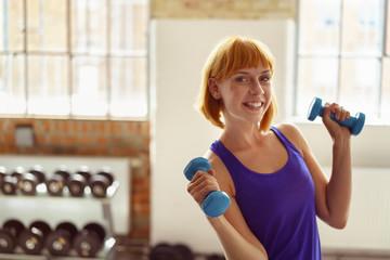 lachende frau beim training im fitness-studio