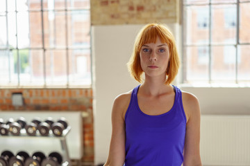 moderne junge frau mit blauem shirt beim sport