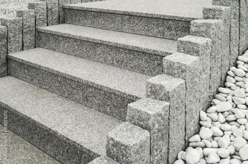 closeup einer modernen au entreppe aus granit mit stelen und drainage aus gro en wei en. Black Bedroom Furniture Sets. Home Design Ideas