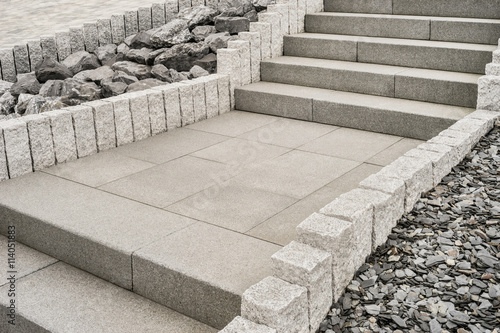 steingarten mit treppe aus granit rockery with granite staircase stockfotos und. Black Bedroom Furniture Sets. Home Design Ideas