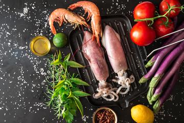 calamari e gamberi con ingredienti sulla griglia