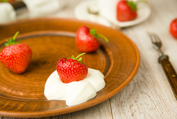 Ripe strawberry fruits on a brown plate