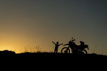 mutlu çocuk ve motorsiklet tutkusu