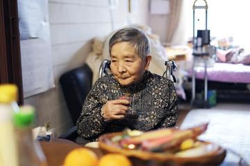 食事中のお婆さん