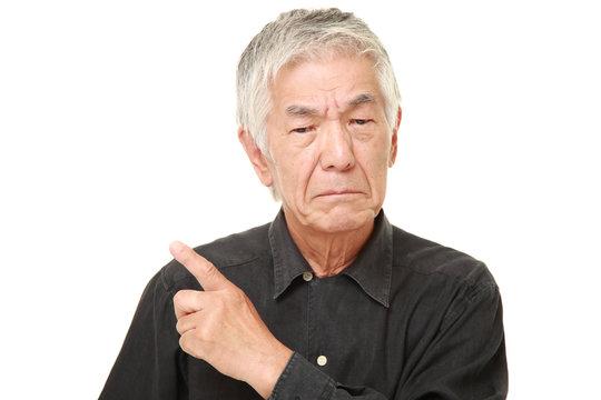 憤慨する高齢者