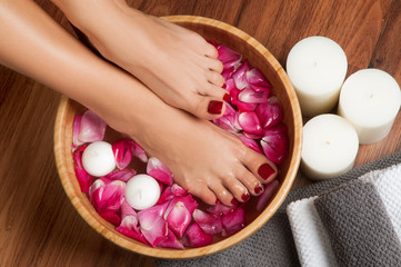 La pose en embrasure Pedicure Beautiful female feet at spa salon on pedicure procedure.