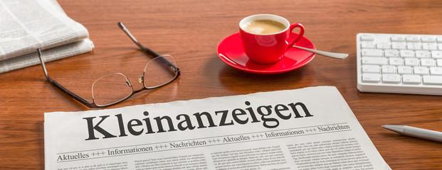 Zeitung auf Schreibtisch - Kleinanzeigen